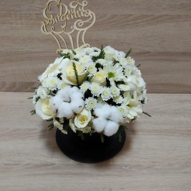 Кашпо с белоснежными цветами и хлопком