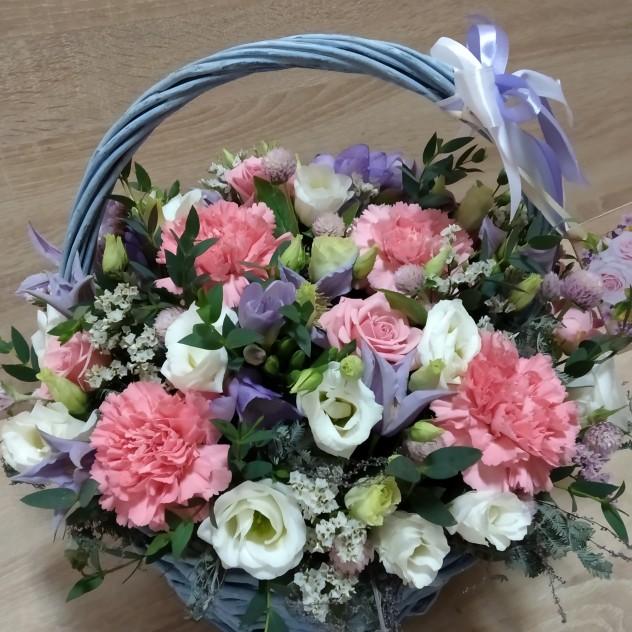 Нежная воздушная корзина с цветами