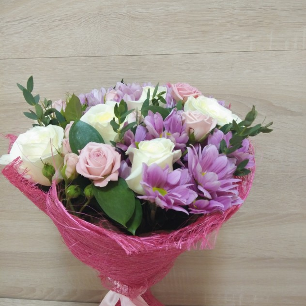 Букет из белых роз и розовых хризантем