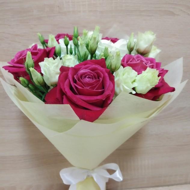 Малиновые розы с белой эустомой