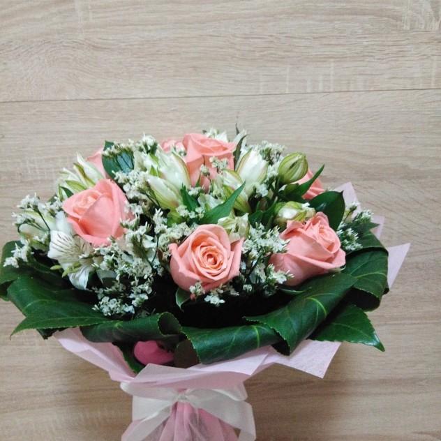 Роза розовая с белыми цветами с зеленью