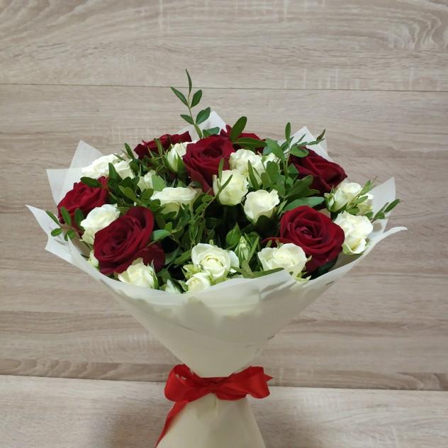 Букет красных и белых роз