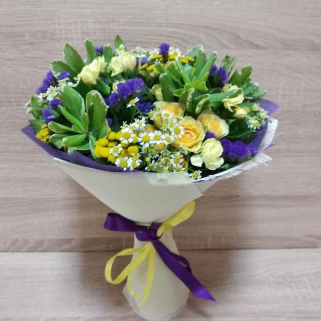 Букет со статицей и нежными цветами